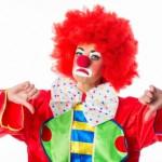 Bild: Clown zeigt Mundwinkel und Daumen nach unten