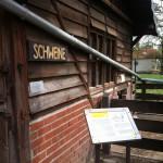 Bild: am Schweinehaus. Eine Tafel am Eingang erläutert Details.