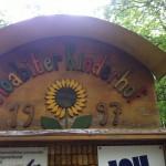Bild: Eingangsschild Moabiter Kinderhof - Schriftzug aus Holzbuchstabe mit Sonnenblume