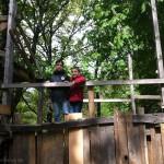 Bild: 2 Jungs stehen auf einem Baumhaus