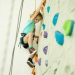 Bild: Junge klettert an Kletterwand