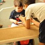 Bild: Junge zeigt einem Kind etwas