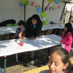 Bild: Mutter malt mit ihren Kindern auf einem Tisch am Stand des Familienzentrums Moabit-Ost