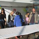 Bild: Kinder und Erwachsene vor dem Strand des Familienzentums