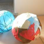 Foto: Luftballons mit Schnur oder buntem Papier ummantel auf einem Tisch