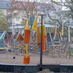 Bild: Holzstangen, Stahlrohr und bunte Flächen miteinander verschraubt zu einem großen Klettergerüst auf eine großen Sandfläche