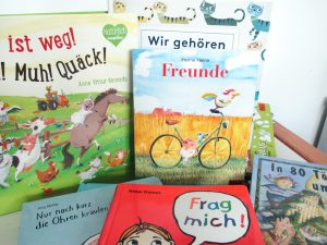 Bild: diverse Kinderbücher bzw. Buchtitel liegend und stehend aneinander gereiht
