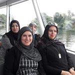 Foto: 4 Frauen mit Kopftuch sitzen in einem Motorschiff mit Blick in die Kamera. Fensterim Hintergrund.