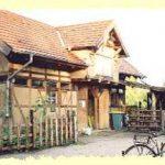 Foto: altes Bauernhaus im Lehmbaustil