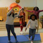 Foto: 3 Mädchen und 1 Junge tanzen, ein Mädchen mit Ball