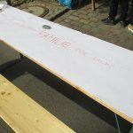 Foto: Tisch diagonal über das Bild mit zusammengeklebten weißen Papierblättern und Schriftzug: Was bedeutet Familie für Dich.
