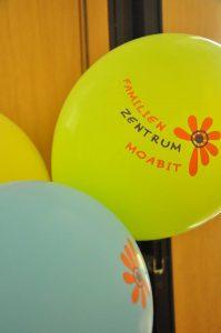 Foto: bunte Luftballons mit dem Logo des Familienzentrums