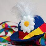 Foto: bunter Faschingshut mit Blume und Feder