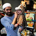 Foto: Seeräuber-Papa mit Giraffe-Kind auf dem Arm