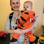 Foto: Mutter mit Kind als Tiger aus Winnie Puuh auf dem Arm