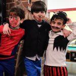 Foto: 3 Jungs als Comic-Helden verkleidet umarmen sich