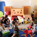 Foto: Kinder und Erwachsene spielen im Spielzimmer des FZM