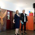 Foto: Sibylle Büchele redet hinter einem Mikrofon und Wolfgang Geisenheyner (Klubheim e.V.) etwas im Hintergrund auf der Bühne