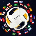 Fotomontage: Fußball mit Aufschrift 2018 und Fahnen aller WM-Nationalitäten am äußeren Rand schwebt vor Sternenhimmel im All.
