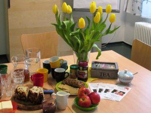 Foto: Tisch mit Blumen, Speisen und Getränken