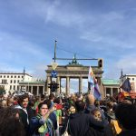 Foto: große Menschenmenge demonstriert vor dem Brandenburger Tor in Berlin