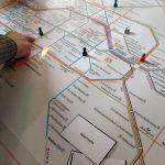 Foto: Liniennetz der BVG, oben links zwei Finger, die auf diesen zeigen