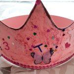 Foto: rosa selbstgebastelte Krone mit Glitzer und einem Schmetterling
