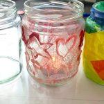 Foto: drei Marmeladengläser nebeneinander, eins blanko, eins mit rosa Glitzer und eins mit bunten Papier