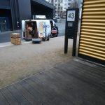 Foto: Ein Umzugswagen, davor ein Hausschild mit der Nummer 43