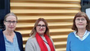 Foto: 3 Damenbüsten vor einer goldgelben Wellblechwand