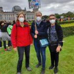 Foto: Drei Frauen auf einer Demo die Mittlere hält ein Schild mit Familienzentrum Moabit Ost for Future
